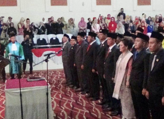 40 Anggota Dewan DPRD Tulang Bawang Di Lantik Dan Ambil Sumpah Janji Jabatan Di Pimpin Wakil Ketua Pengadilan Negeri Menggala.