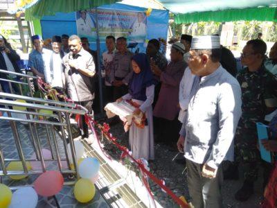 Bupati Dan Wakil Bupati Manokwari Saat Pemotongan Tali Pita Perismian Masjid Baiturohman Prafi SP1