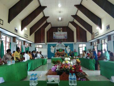 Para peserta sidang saat menyaksikan pemukulan tifa oleh Ketua Klasis Biak Timur tanda dibukanya sidang jemaat ke 33 GKI Pniel Opiaref