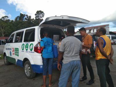Mobile Costumer Service sedang melayani masyarakat yang datang dari berbagai tempat