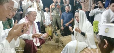 Saat Bupati Tuba Melakukan Peletakan Batu Pertama Dalam Pembangunan Asrama Putri Di Ponpes Nurul Ikhlas Banjar Margo ( amco )