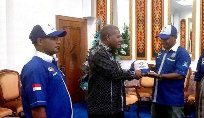 Penyerahan seragam Pemantik oleh Ketua Pemantik Robert Kromsian kepada Bupati Jayapura Mathius Awoitauw, SE.M.Si.(df.el&).