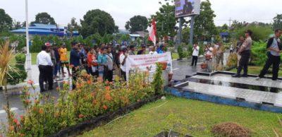Masyarakat Kampung Wouna saat melakukan aksi damai di di Halaman Kantor Bupati Biak