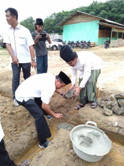 Camat Banjar Margo Ahmad Idris Meletak kan Batu Pertama Di Dampingi Oleh KH.Masykur Al Faruq Pimpinan Ponpes Nurul Ikhlas Tuba ( Amco )