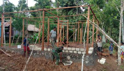 Personil TMMD dibantu warga Kampung Natabui sedang bekerjsama membangun rumah