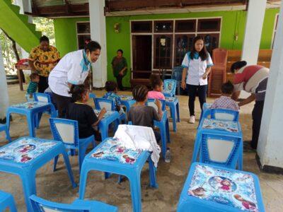 Tutor dari SKB Biak saat memberikan materi pelajaran kepada anak didik Paud Handayani Bakribo