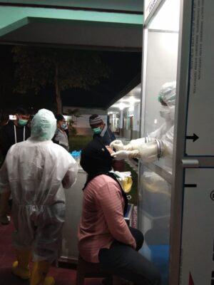 Tenaga Kesehatan Rumah sakit dr. Ghandi AT Lanal Biak jalani tes swab