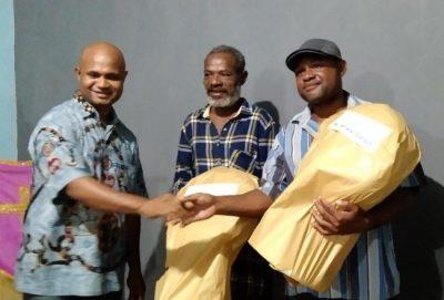 Penyerahan hadiah lomba oleh Ketua Panitia Stenli Ondikeleuw, S.T., keoada Juara lomba Pasangan terbaik, di balai Kampung Sereh, (df ; danni).