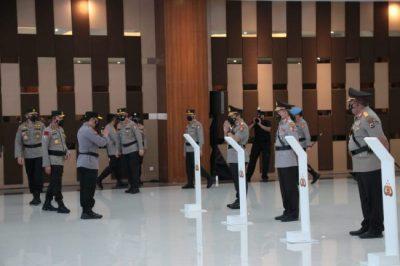 Kapolri saat memberikan ucapan selamat kepada Pejabat Polri yang telah dilantik. (df ; humas polri).