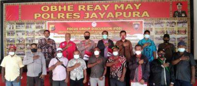 Foto bersama usay giat FGD di Obhe Rey May Polres Jayapura, Kasat Binmas Res Jayapura bersama Ondofolo Kampung Sereh, Kepala Kampung Sereh dan tokoh adat, Pemerintah, Pemuda Kampung Sereh. (df ; danni).